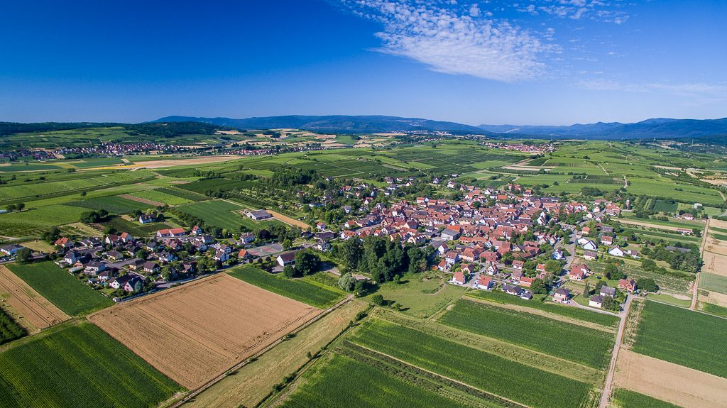 Vue aérienne de Traenheim (Bas-Rhin) en Eté