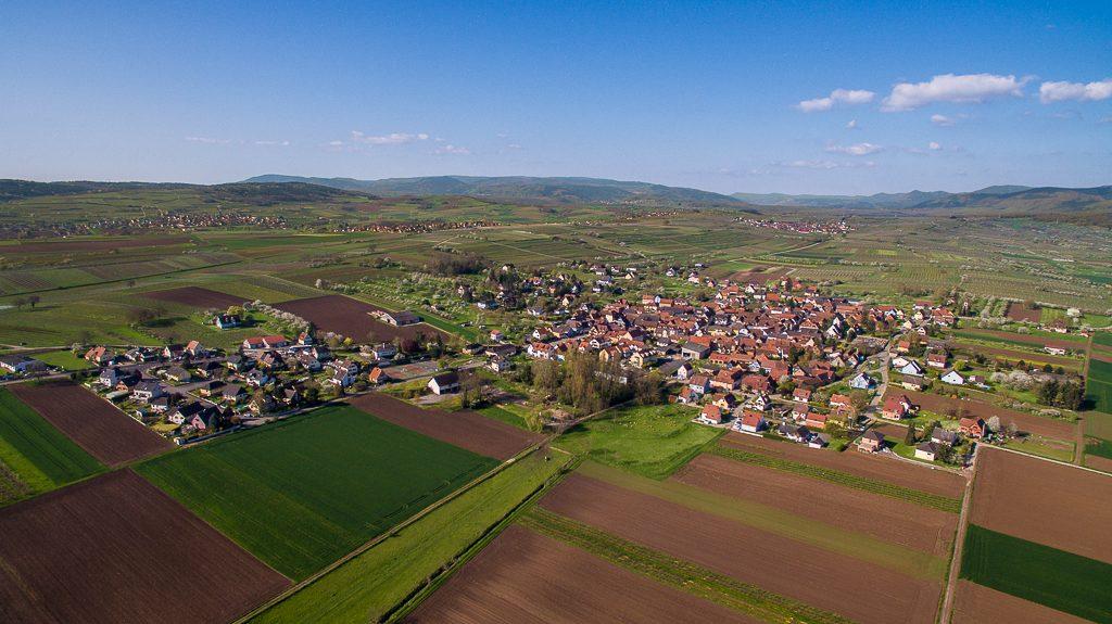Vue aérienne de Traenheim (Bas-Rhin) au Printemps
